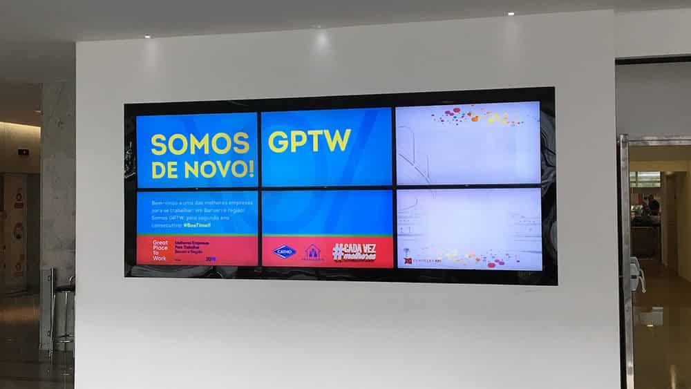 Tv Corporativa em Videowall na recepção da Catho. Case de sucesso de mais uma Tv Corporativa Wiplay
